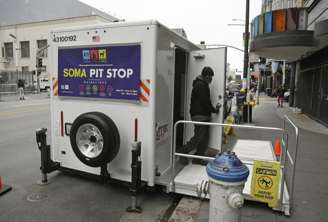 舊金山政府為改善隨地大小便,設置運載兩間廁所的卡車式公廁。(美聯社)