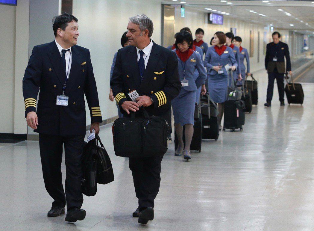 根據勞動部最新薪資調查顯示,各職類別中,航空駕駛員月薪平均高達25.3萬元,精算...