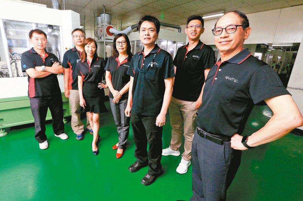 漢台科技董事長賴旭泉(右一)與經營團隊。 記者胡經周/攝影