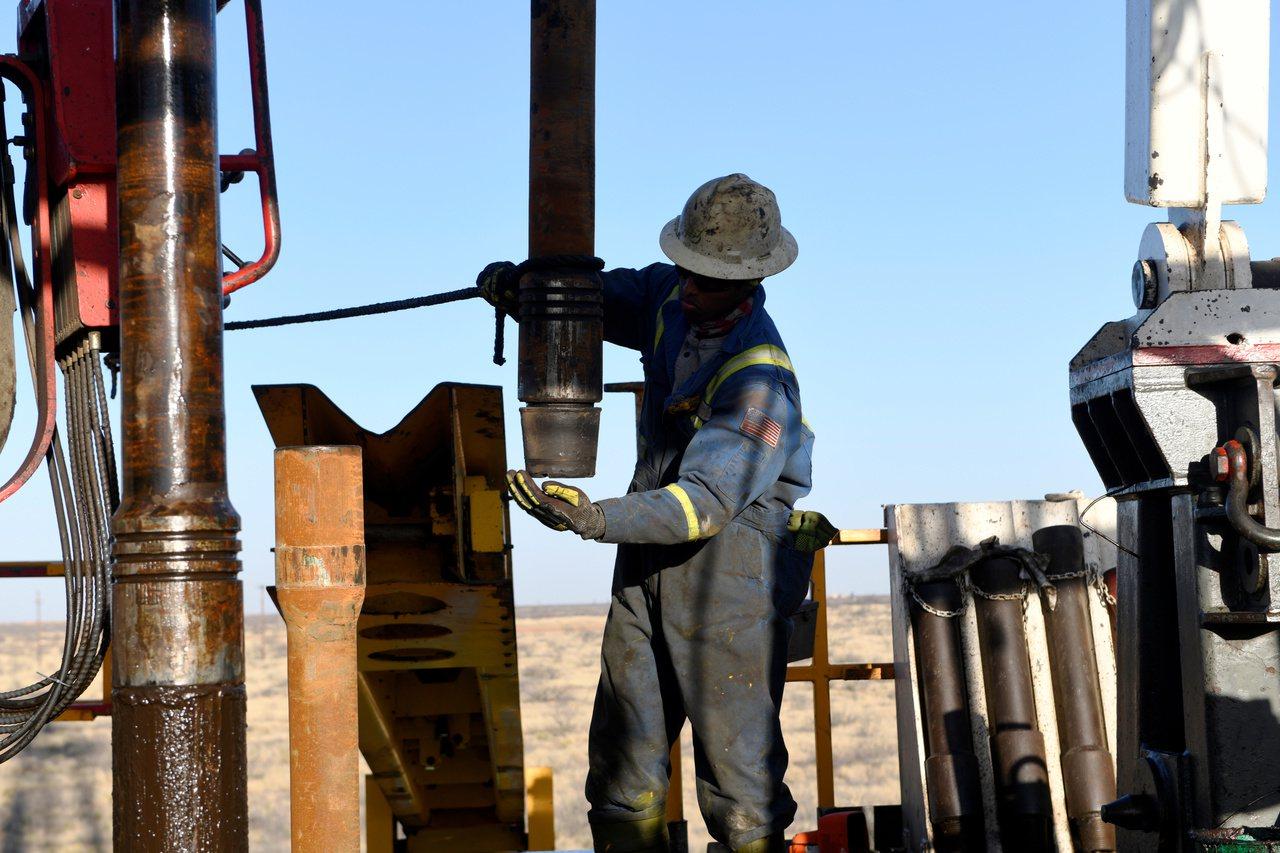 原油需求將日減50萬桶,油價跌30元。 路透社