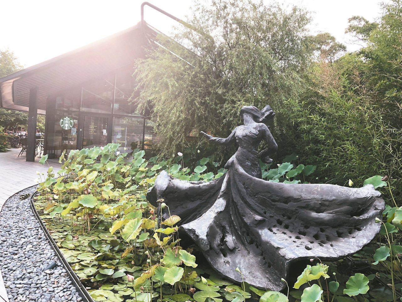 圖為羅曼菲銅像「旋的冥想」。 記者何定照/攝影