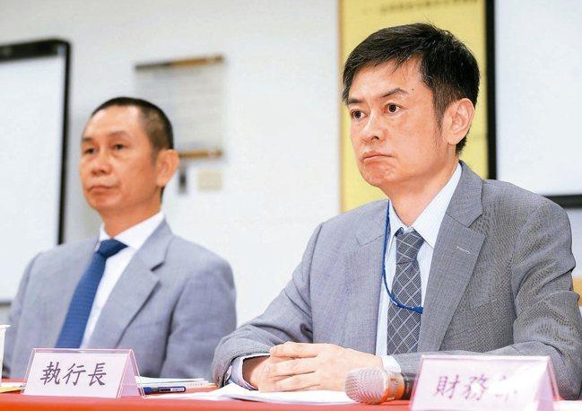 圖為大立光董事長林恩舟(左)與執行長林恩平(右)。 本報資料照片