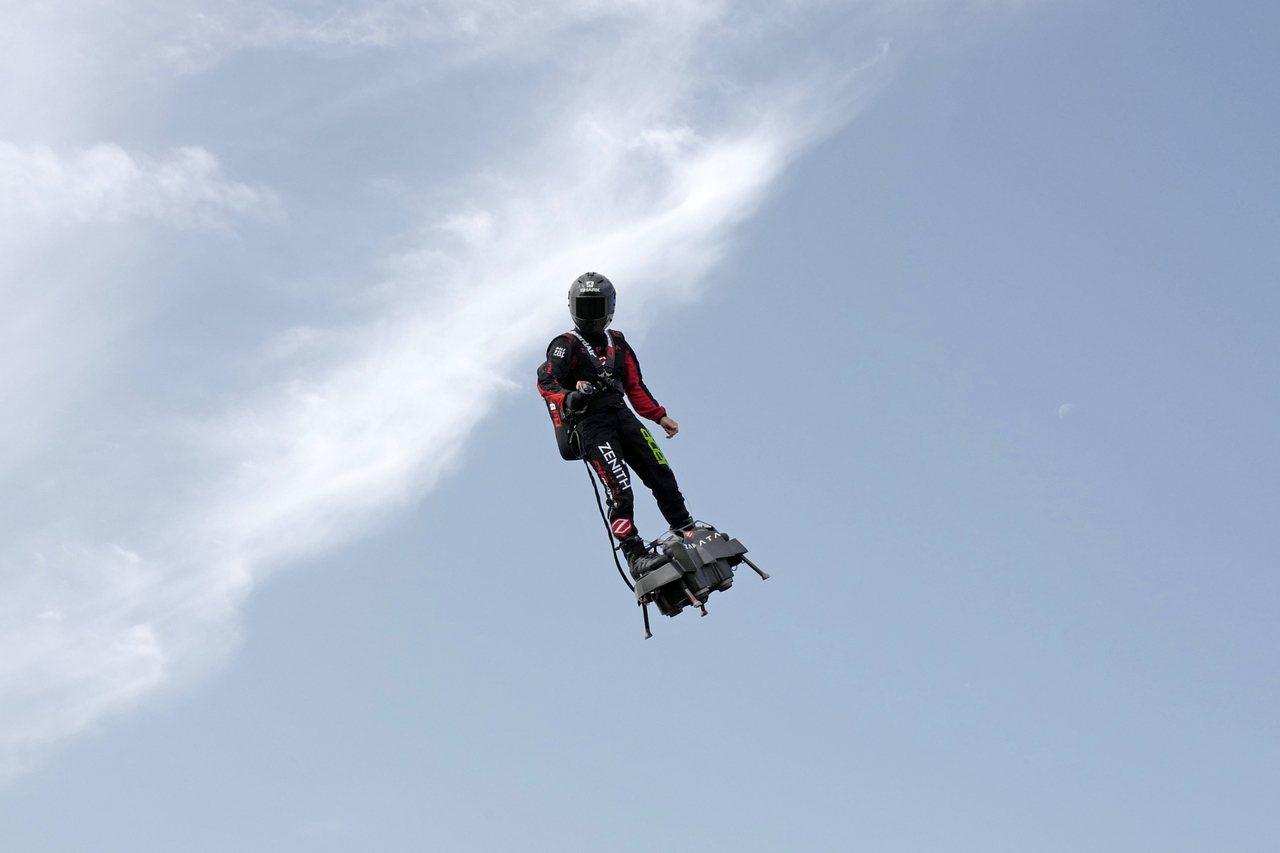 法國發明家沙帕塔今(4日)成功駕飛行滑板橫越英吉利海峽,他受訪時表示這項壯舉「太...
