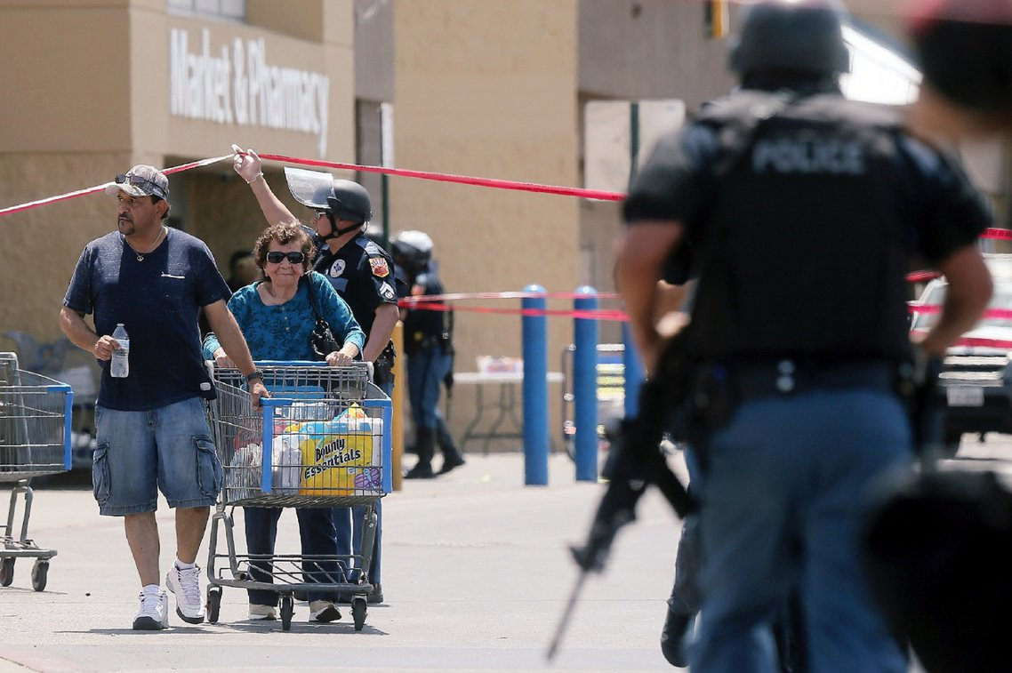 警報解除後,緊張撤離的消費民眾。由於目前正逢美國開學季,周末賣場內也有大量帶著小...