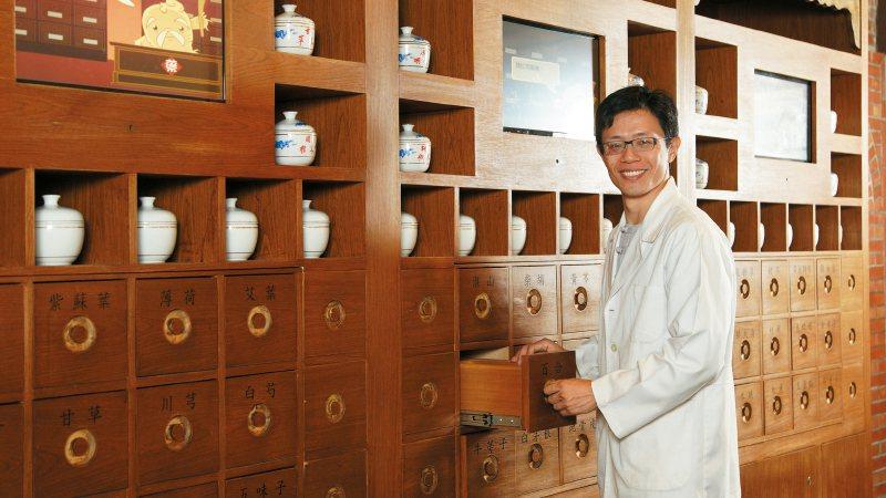 賴韋圳是小兒專科中醫師,也是2個孩子的爸,更能體會來看診小小孩的身心不舒服,是診...