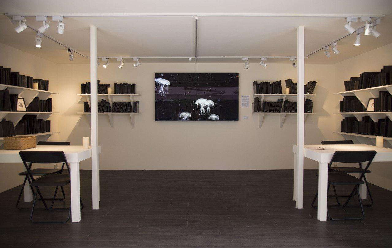 台北當代藝術館推出「遠方的書間」,讓貨櫃屋化身壽命不到兩個月的書房。圖/台北當代...