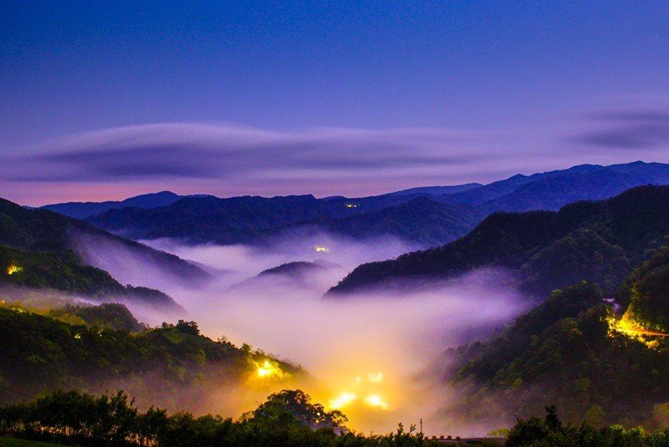 大片雲海環繞於群山中,坪林著名的群山、茶園、雲海及燈光盡入眼簾。圖/網友Mac ...