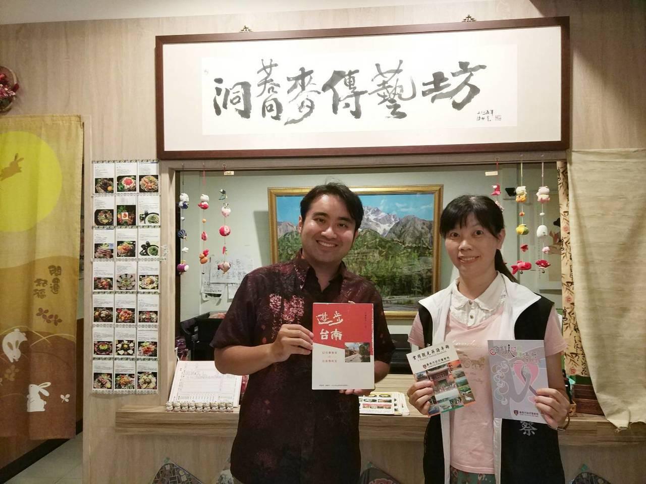 日籍台南女婿大洞敦史(左),獲台南市警六分局聘任為分局通譯人員,成為警方的日語代...