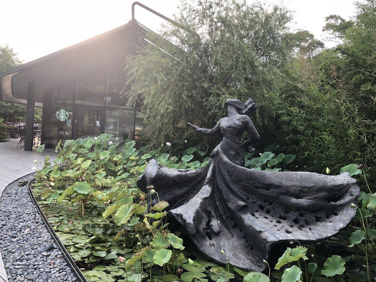 雲門劇場有如成為獲獎寶地,圖為羅曼菲銅像「旋的冥想」。記者何定照/攝影