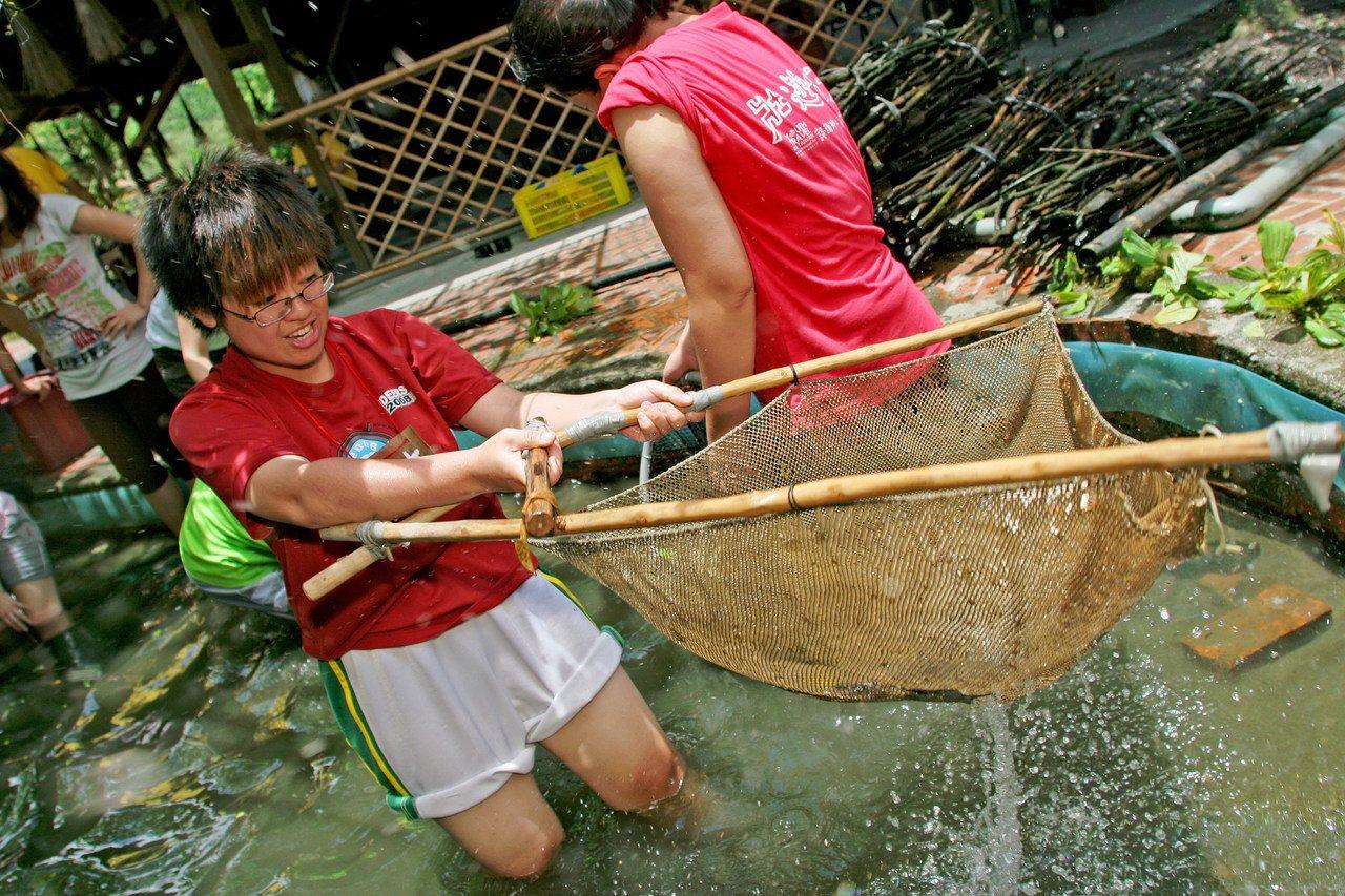 花蓮馬太鞍青年壯遊點傳統捕魚「巴拉告」體驗。圖/教育部提供