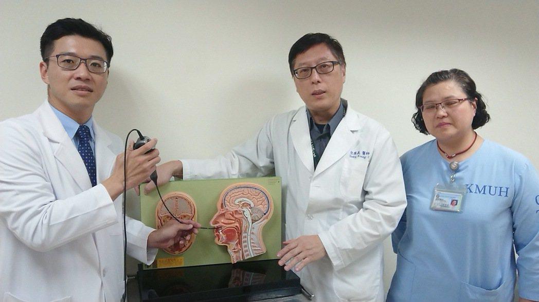 高醫口腔顎面外科主治醫師陳裕豐(左)、麻醉科主任程廣義(中)等醫護團隊,為呼吸中...