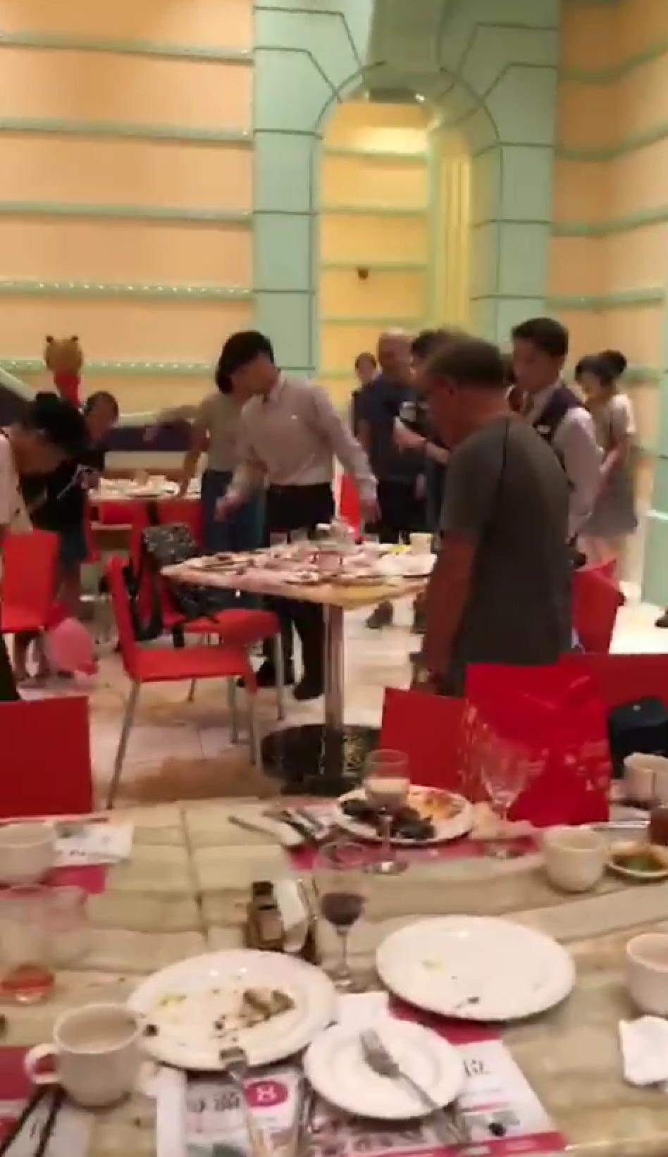 高雄知名餐廳林皇宮昨中午遭「米奇」入侵,現場引發一陣騷動,連服務生也不知如何處理...