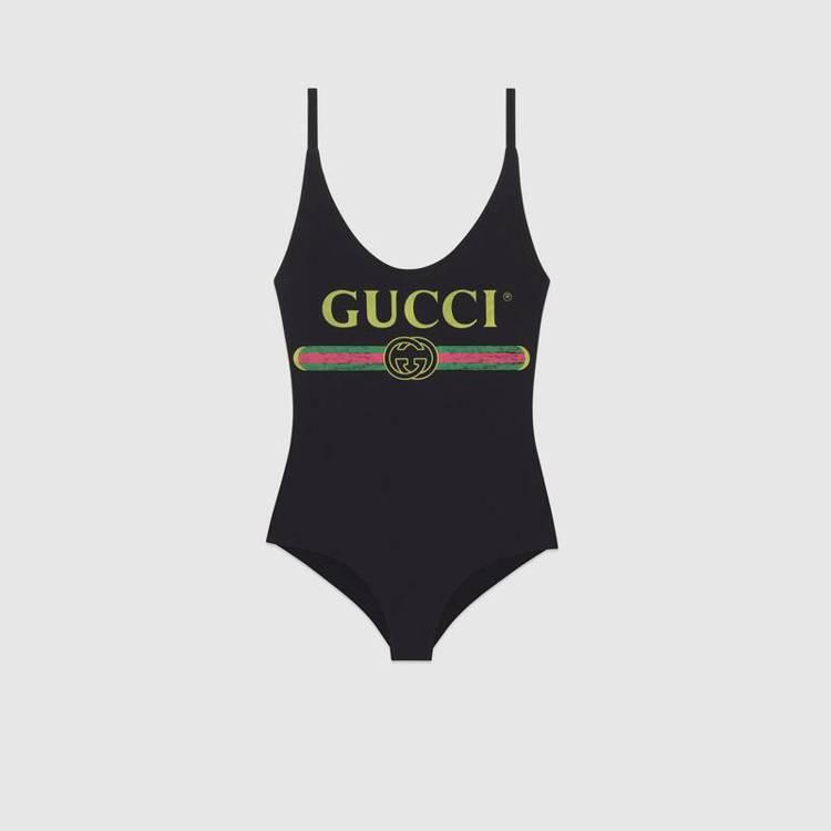 郭書瑤(瑤瑤)穿的Gucci連身泳裝,圖樣靈感來自八○年代的品牌LOGO設計,帶...