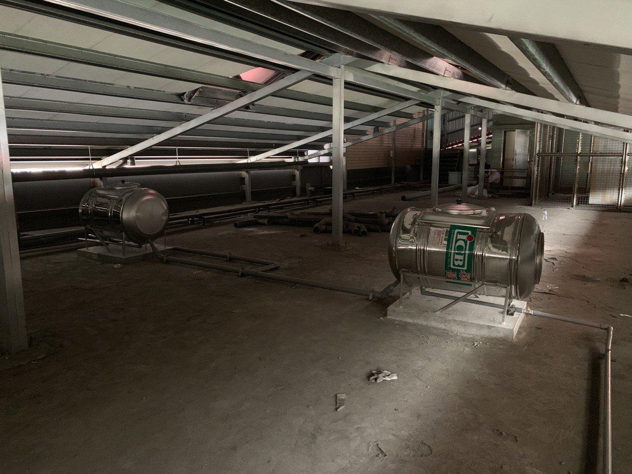 新北市水利局在校園基地的地底下設計了400噸地下貯水池及30噸透水鋪面容量,遭逢大雨時,雨水將儲存在地面下方的地下儲水池,可有效滯延與消減洪峰。