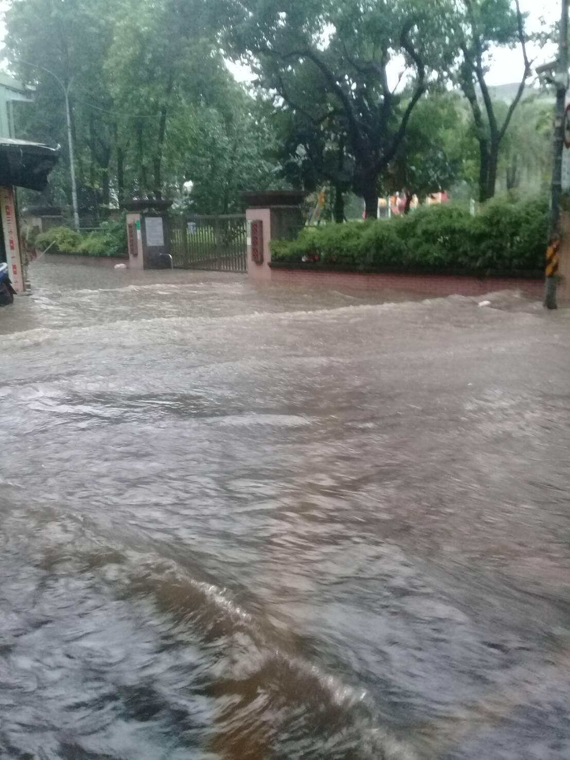 受到極端天候影響,新北市積極進行透保水工程,並持續在易淹水地區的校園進行工程,圖為2015年7月23日三重高中還未施工前淹水的情況。