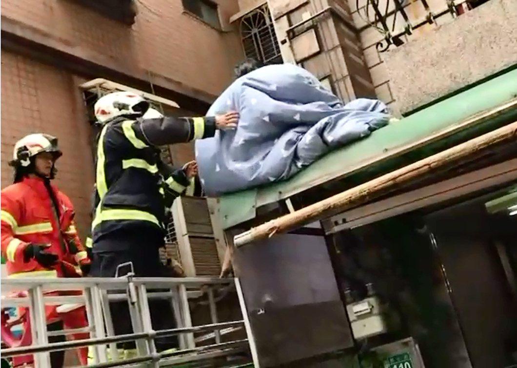 桃園市一名29歲女子懷疑遭人安裝監視器偷拍,為躲避偷拍不願住屋內,寧願裹著棉被蹲...