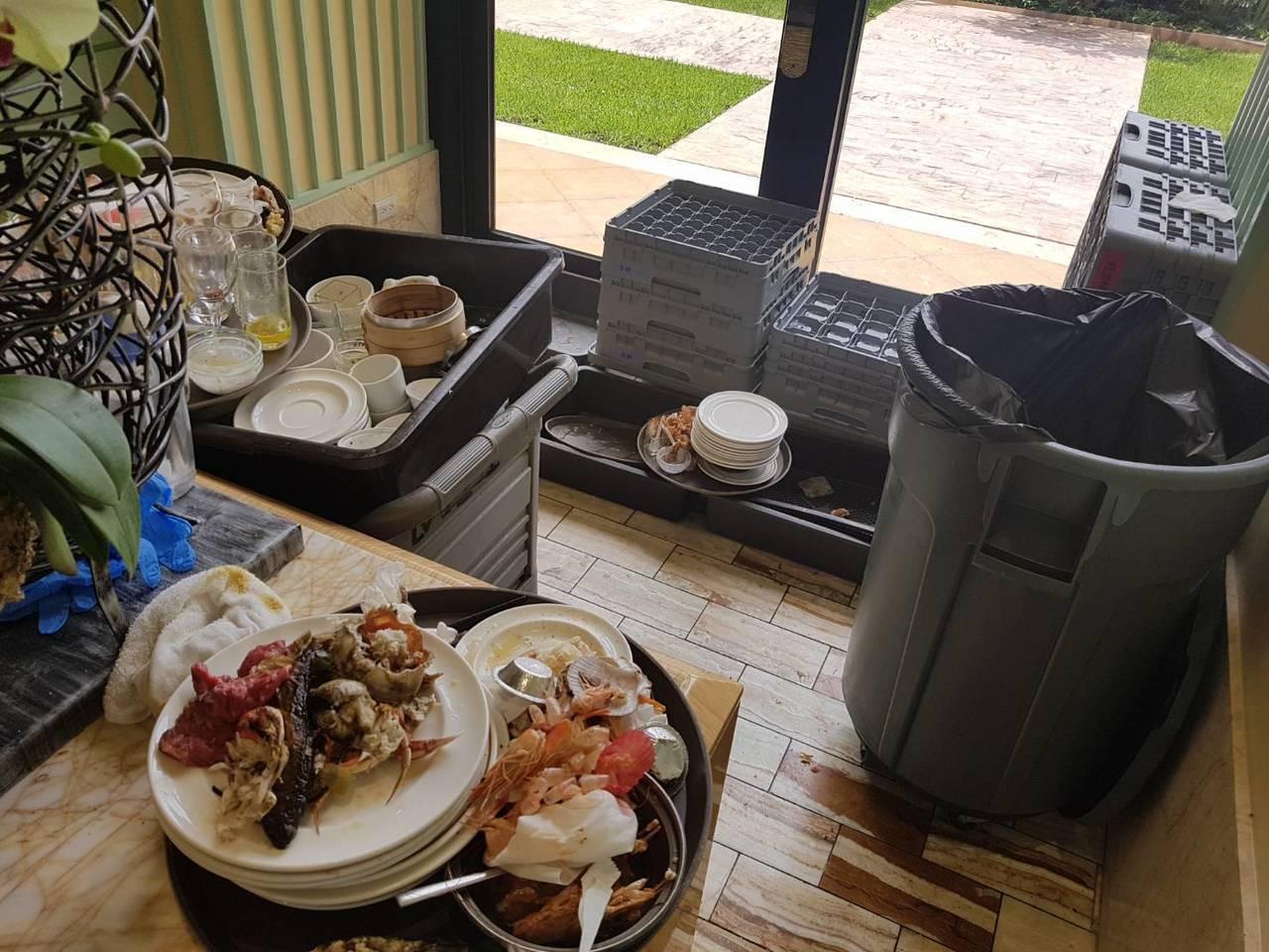 高雄市衛生局到林皇宮餐廳的餐飲作業區稽查,發現有肉品未離地放置、垃圾桶未加蓋等情...
