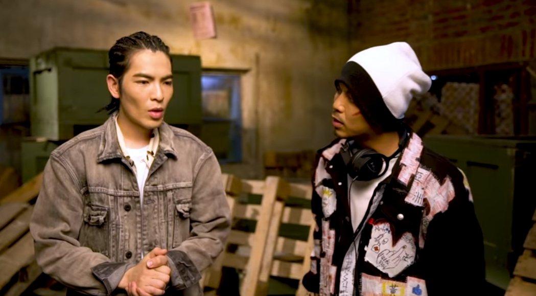 黃明志(右)邀來蕭敬騰為流浪狗發聲。圖/摘自YouTube
