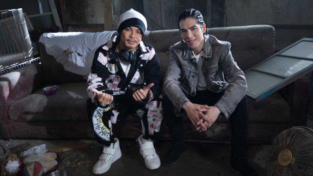 黃明志(左)邀來蕭敬騰合唱「流浪狗」。圖/摘自YouTube