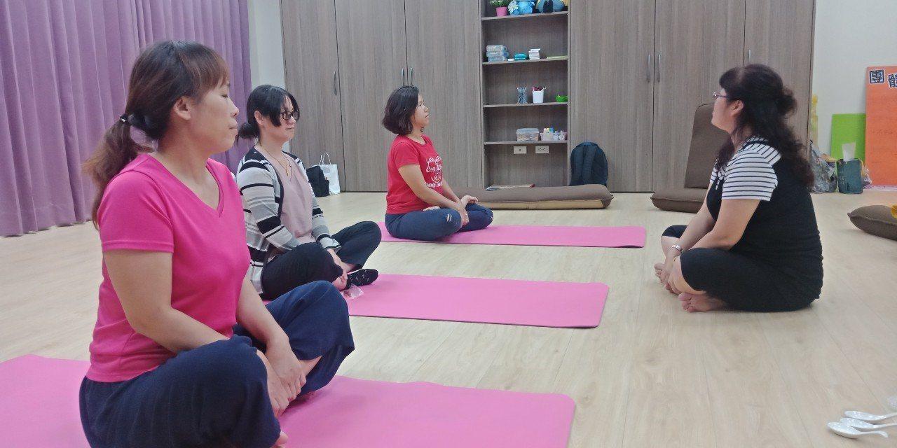 芳療老師帶領新住民媽媽學習如何放鬆身心靈。圖/北高雄家扶中心提供