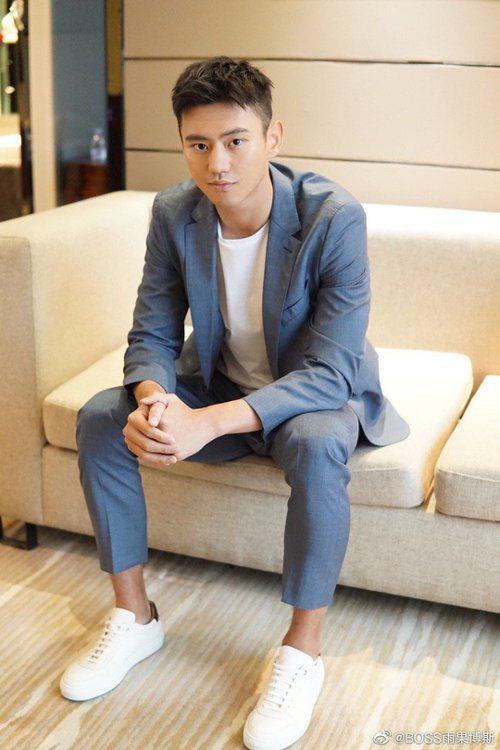 中國著名泳將寧澤濤身穿BOSS的Traceable Wool可溯源羊毛系列天藍色...