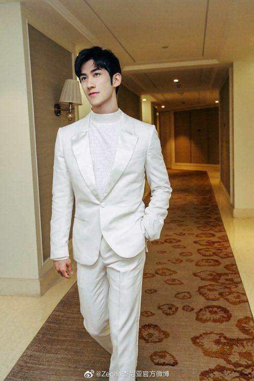 香港男星李治廷穿著Ermenegildo Zegna XXX冬季的白色西裝領禮服...