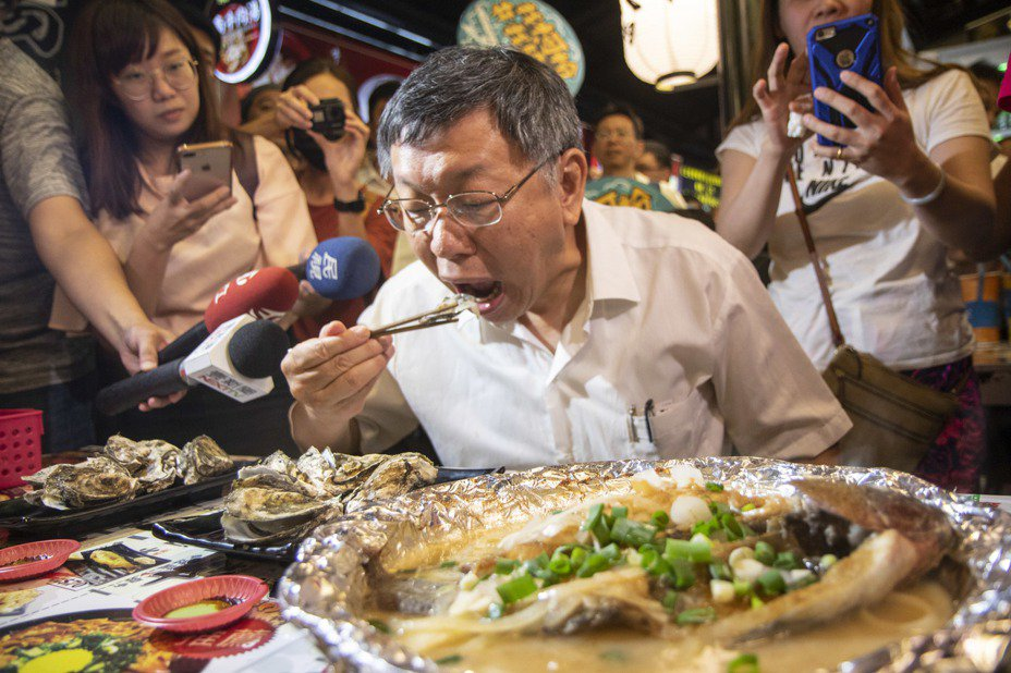 台北市長柯文哲今晚被媒體問到吃魚有被魚刺卡到嗎?柯文哲則是搖頭表示沒有。記者王敏旭/攝影