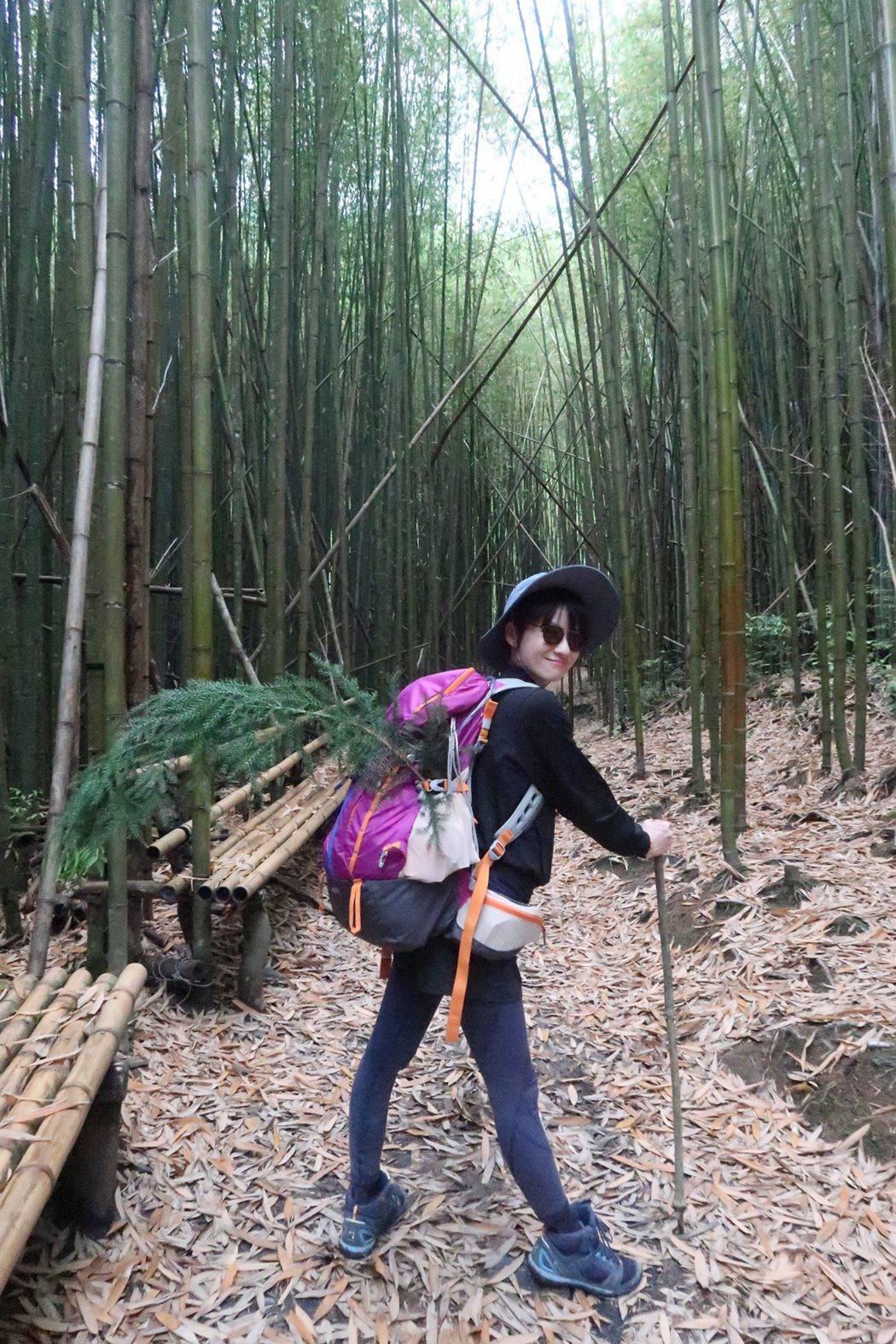 連俞涵帥氣展示登山配備,登山杖是登山時檢的樹枝。圖/凱特文化提供