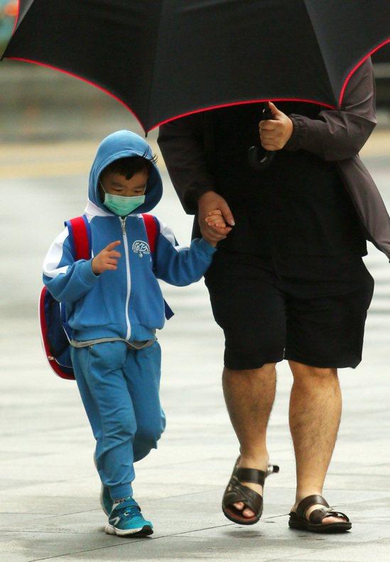 根據環保署與國衛院國家環境醫學研究所進行口罩測試,台灣製造的防霾口罩在空汙微粒及...