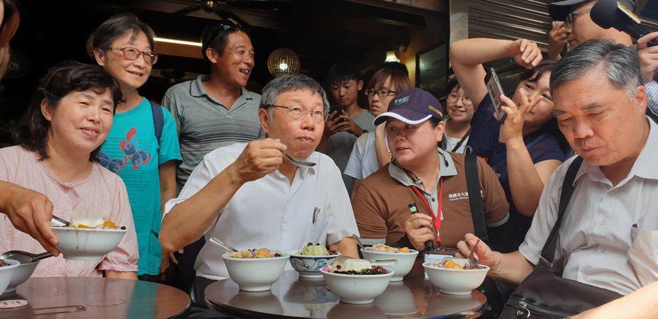 天氣熱,柯文哲在大溪老街吃冰品甜點。記者鄭國樑/攝影
