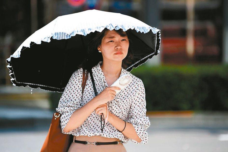 日本高溫達38度,賣場的電扇賣光光。 (法新社)