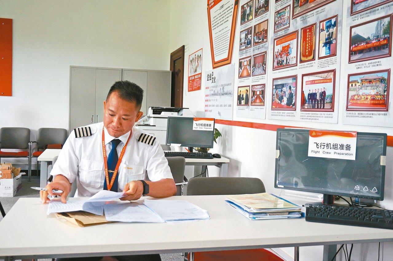 廣西桂林航空台籍機長邱麥綸。 中新社