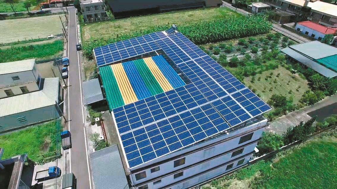 高雄市政府鼓勵民眾在自家屋頂設光電設備。 圖/高雄市工務局提供