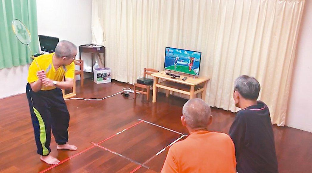 衛福部玉里醫院邀長輩玩互動式電玩,可增加平衡感與肌耐力。 圖/玉里醫院提供