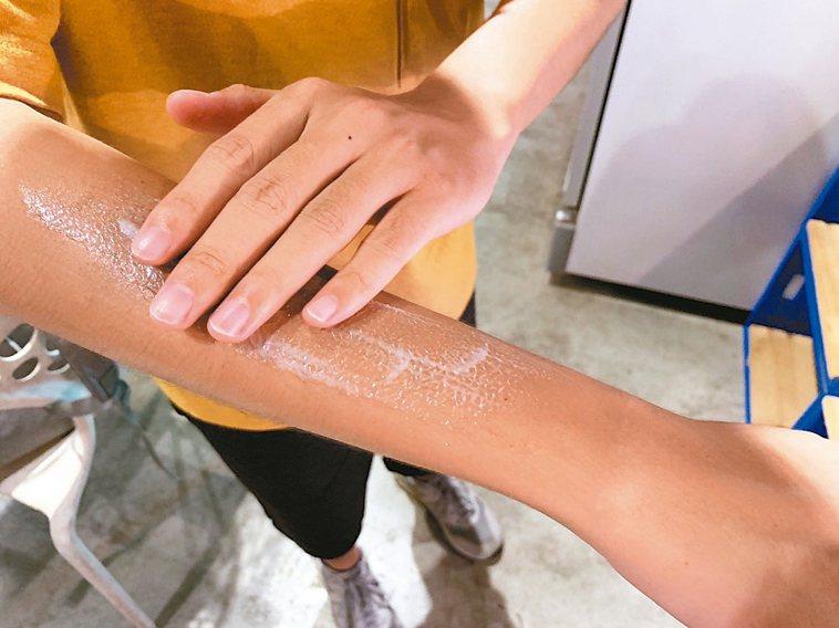 雙和醫院皮膚科醫師金益安表示,防曬乳的使用量,長度要達2個指節才足夠。 記者張曼...
