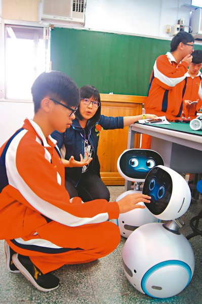 桃園啟英高中機器人專班學生,操作照護機器人唱歌給人聽。 記者張錦弘/攝影