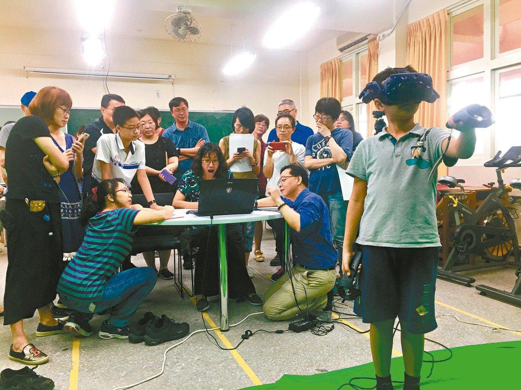 台北市3A教學基地中心暑期針對教師開設資訊領悟的研習課程,展示VR教學。 記者魏...