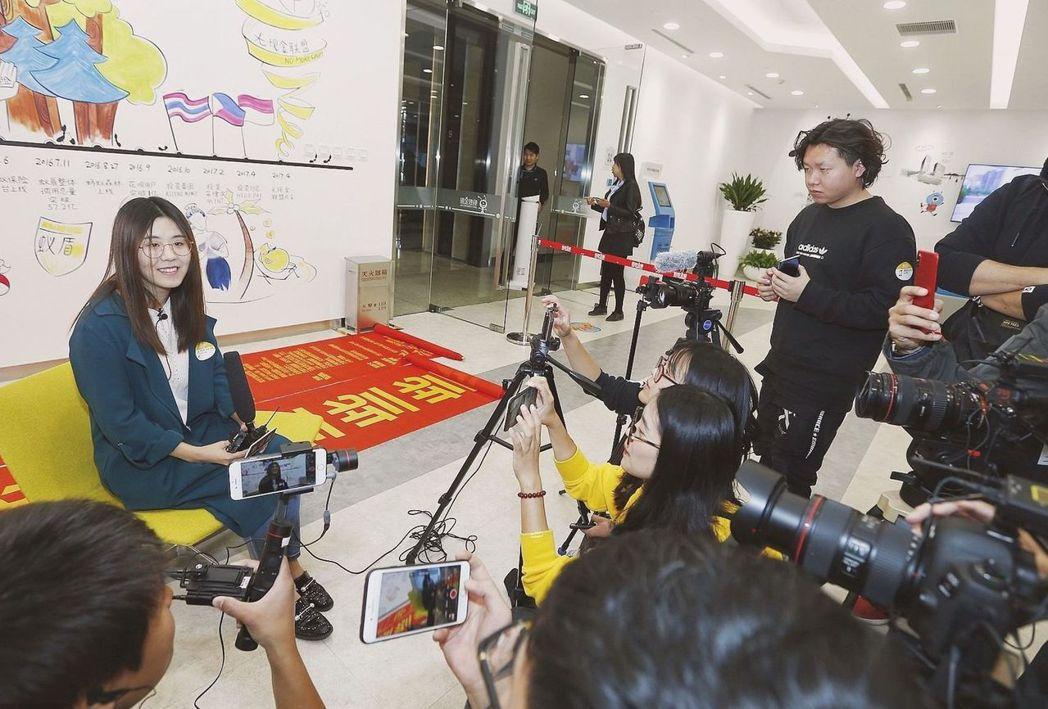 去年10月「信小呆」(左)抽中支付寶全球大獎「中國錦鯉」,獲得免費全球旅行。圖/...