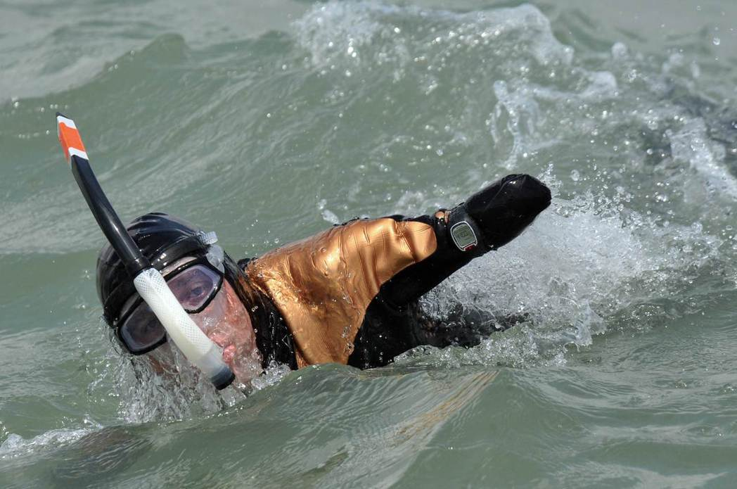 失去四肢的法國人克瓦松是首位泳渡英吉利海峽的無四肢人士。(法新社)