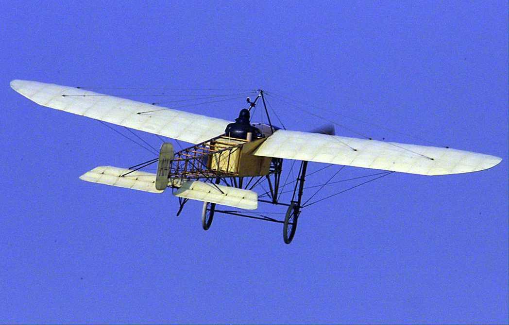 布列里奧1909年駕駛單翼飛機飛越英吉利海峽,圖為瑞典飛行家卡爾森於1999年駕...
