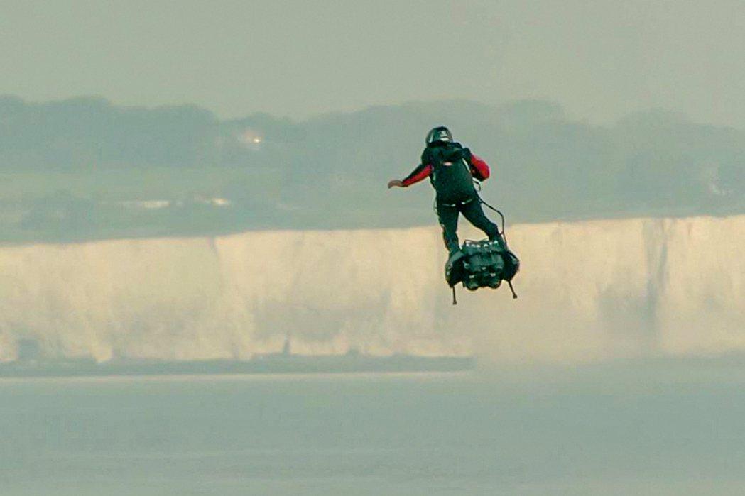 40歲法發明家沙帕塔4日乘飛行滑板成功飛越英吉利海峽。(法新社)