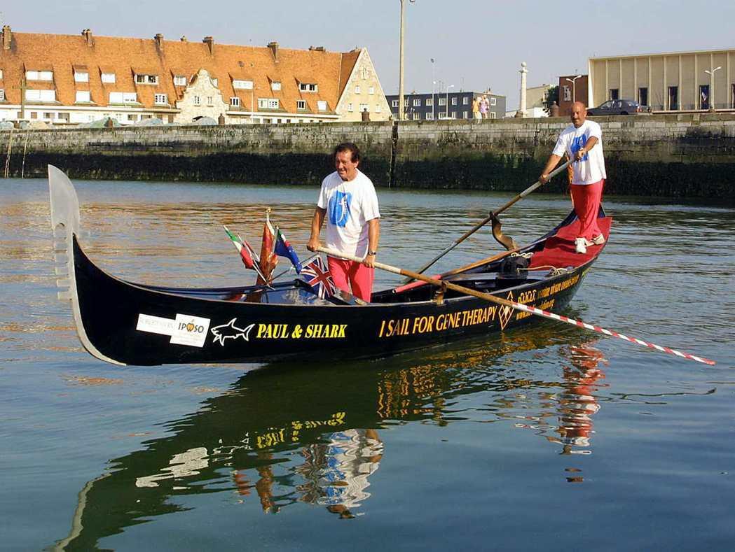威尼斯船夫奧里奧和利茲卡划特製獨木舟橫渡英吉利海峽。(法新社)