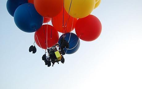 美國探險家崔普特在座椅上綁55顆氦氣球飛越英吉利海峽,原理有點像皮克斯動畫天外奇...