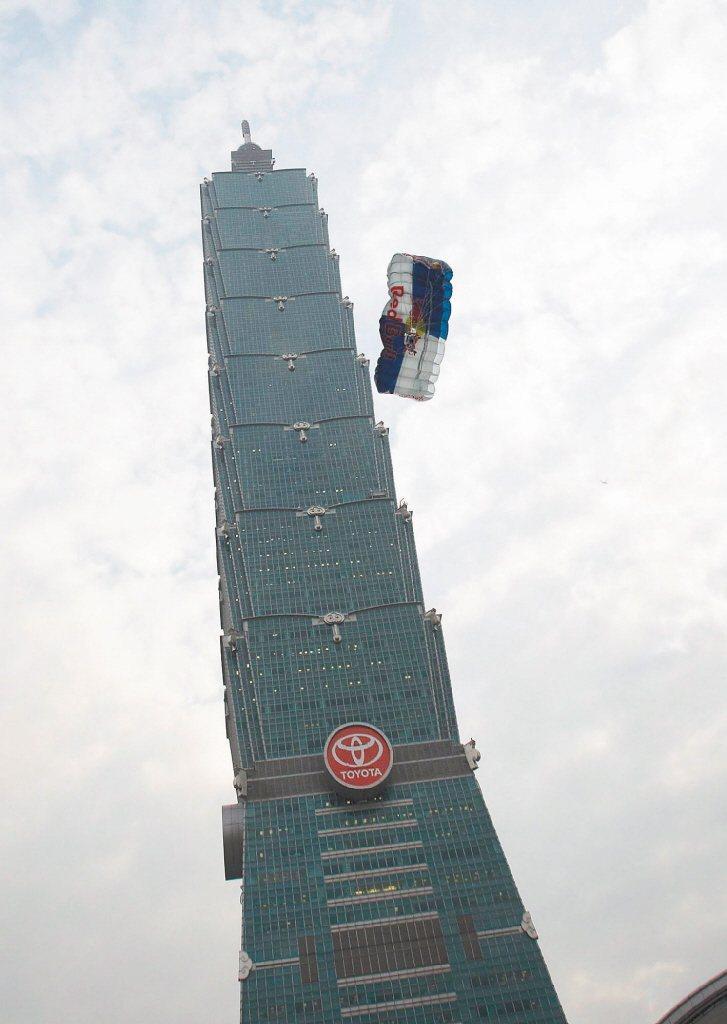 鮑加納2007年曾登上台北101挑戰高空跳傘成功,引起不小騷動。(歐新社)