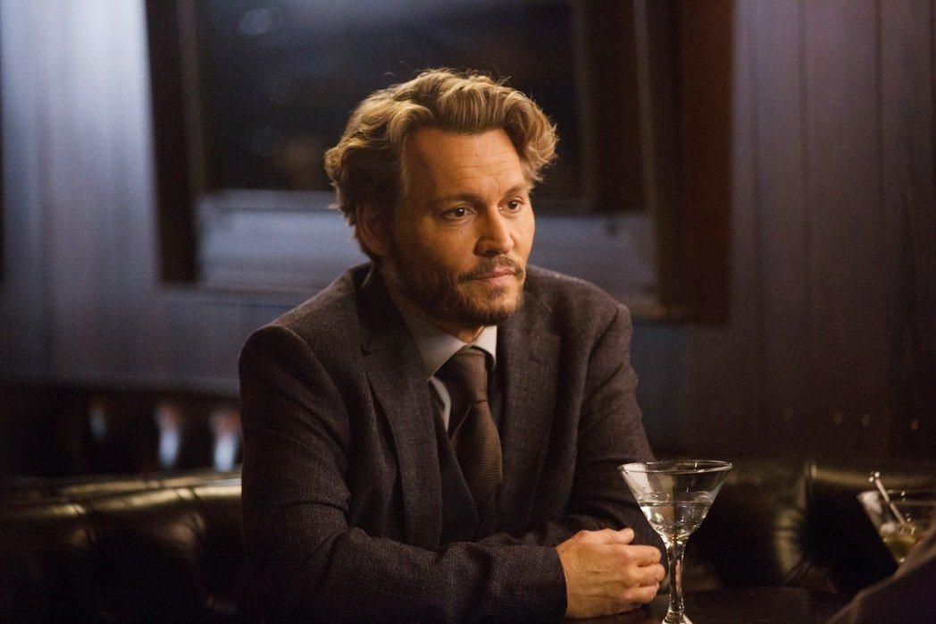 強尼戴普在新片「人生消極掰」演出厭世的大學教授。圖/采昌提供
