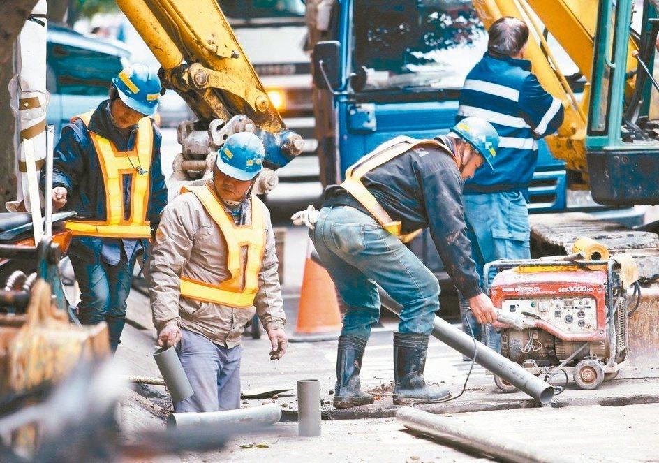 勞保局對勞保達一定年資後被資遣,或依公司規定退休者,訂有繼續投保規定。 本報系資...