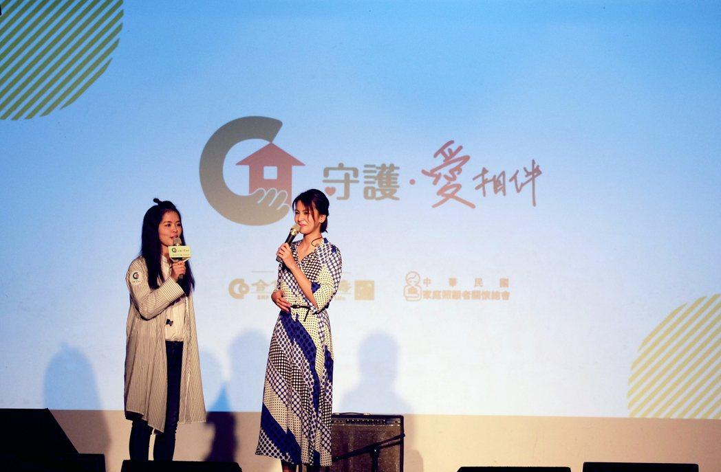 歌手曾沛慈(右一)接受主持人訪問。 合庫人壽/提供