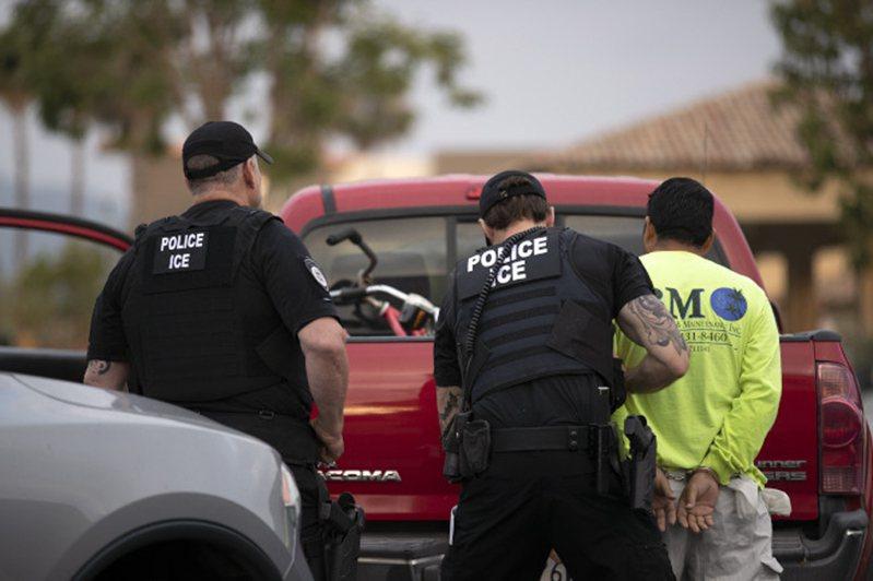 若依就任時間拆分,川普總統上任兩年遣返的無證客人數少於歐巴馬前總統。圖為移民局人員逮捕一名無證客。(美聯社)