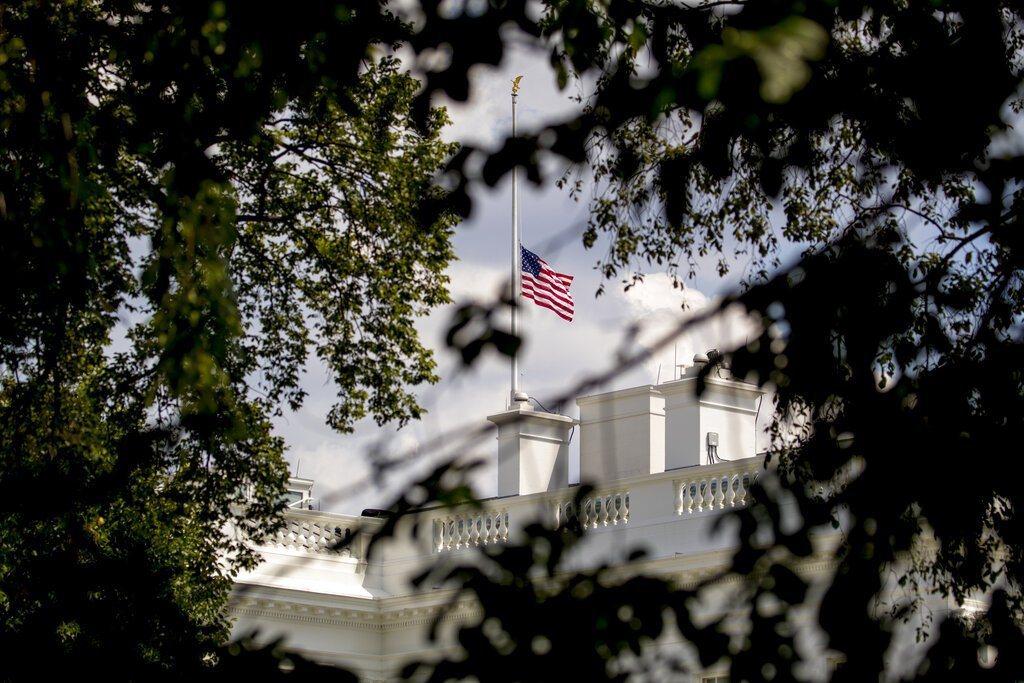 槍擊案連發,川普總統下令降半旗致哀。 美聯社