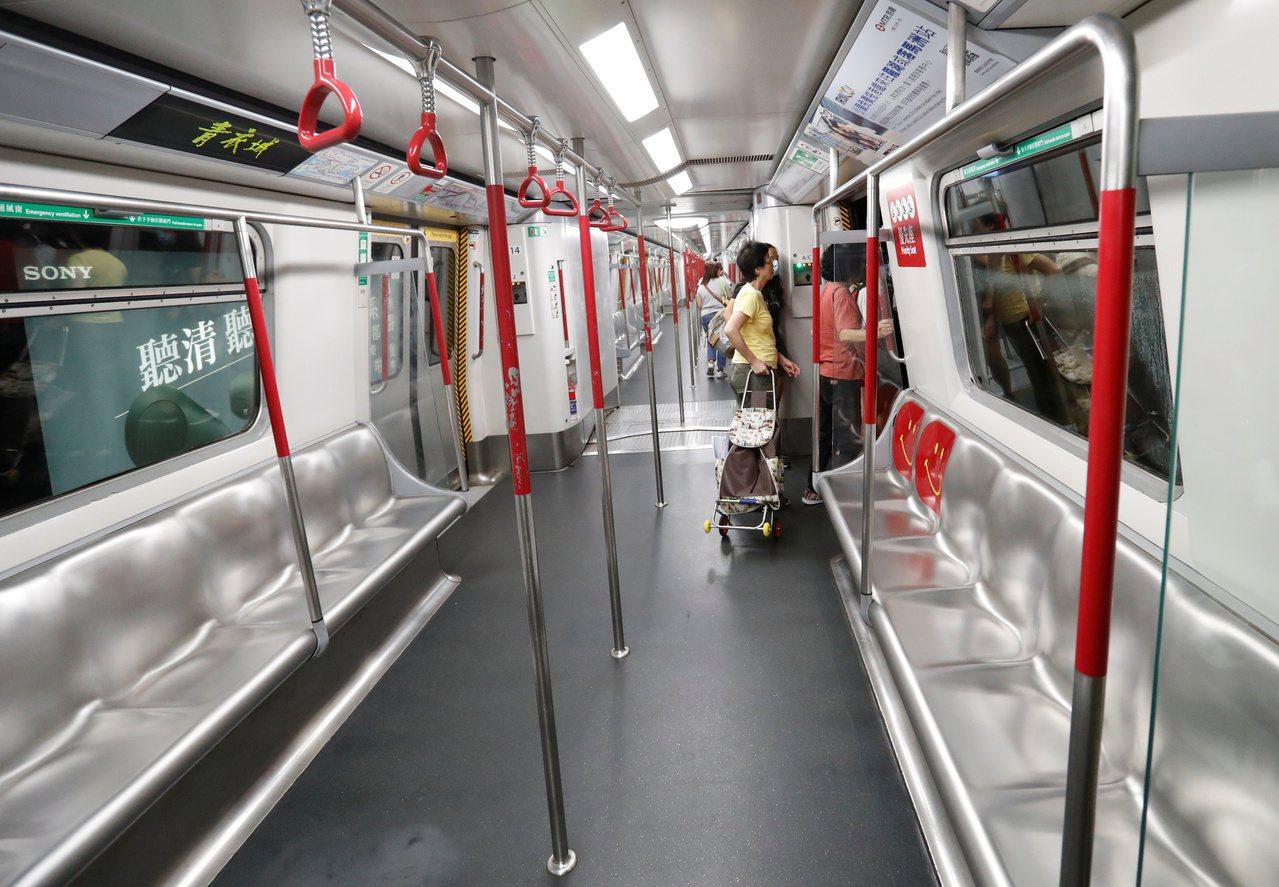 香港官員說,鐵路公司正申請禁制令,防止今後再受到反修訂逃犯條例示威者的攻擊。 路...